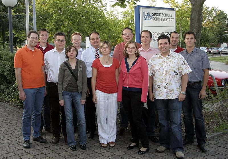 Gruppenfoto vor der Sportschule